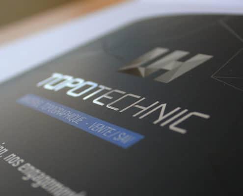 plaquette imprimée avec un vernis sélectif brillant